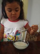 Nossa pequena chef conferindo a cremosidade da Manteiga de Coco.